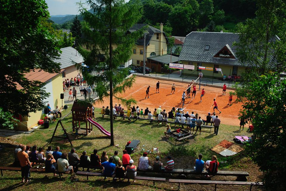 """""""Veľký pľac"""" - priestor v Moštenici, kde sa pravidelne konajú volejbalové turnaje, v roku 2015 to bolo už po 80-krát."""