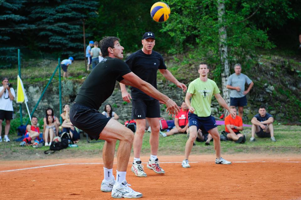 Gabriel Chochoľák (vľavo) a Richard Nemec - dvojica volejbalových veteránov, počas 80. volejbalový turnaja,  Moštenica, Sobota 18. Júla 2015