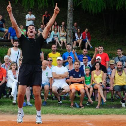 Radosť Gabriela Chochoľáka počas 80. volejbalového turnaja TJ Sokol Moštenica 2015, Sobota 18. Júla 2015