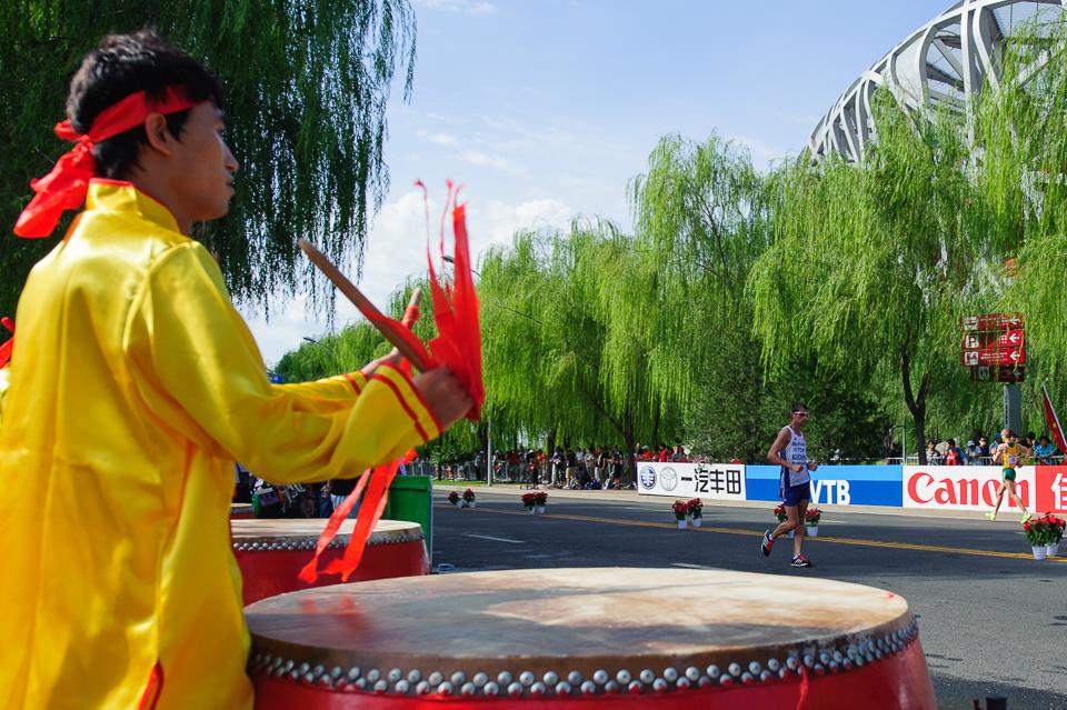 Anton Kučmín pri chôdzi na 20km povzbudzovaný čínskymi bubnami počas Majstrovstiev sveta v atletike 2015 neďaleko olympijskeho štadióna, Peking, Čína, Nedeľa 23. Augusta 2015
