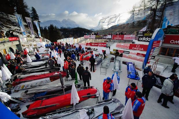 Štvorboby s posádkami pripravené pred štartom tretieho kola Majstrovstiev sveta v boboch 2013 v St. Moritz/Celerina, na jedinej prírodnej bobovej dráhe na svete, St.Moritz/Celerina, Švajčiarsko, Nedeľa 3.2.2013