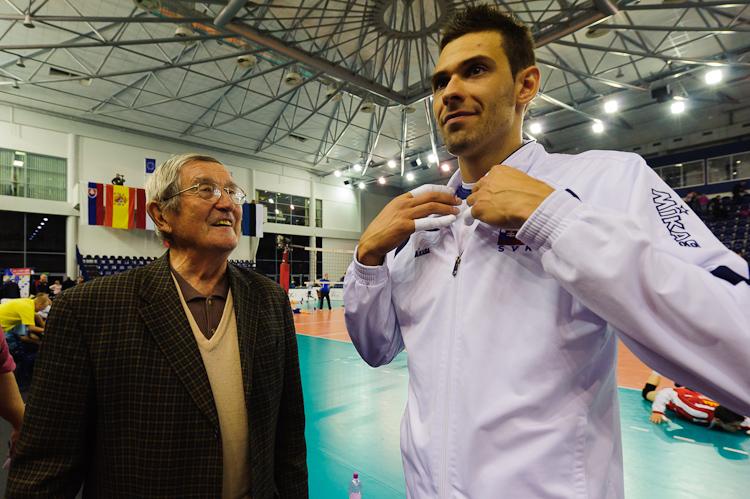 Bohumil Golian (vľavo) s Lukášom Divišom počas volejbalového turnaja v Poprade, Poprad 2011