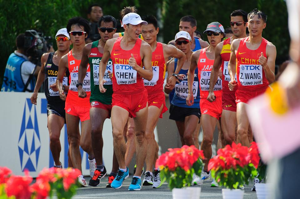 """Chôdza mužov počas Majstrovstiev sveta v atletike 2015 neďaleko olympijskeho štadióna """"vtáčie hniezdo"""", Peking, Čína, Nedeľa 23. Augusta 2015"""
