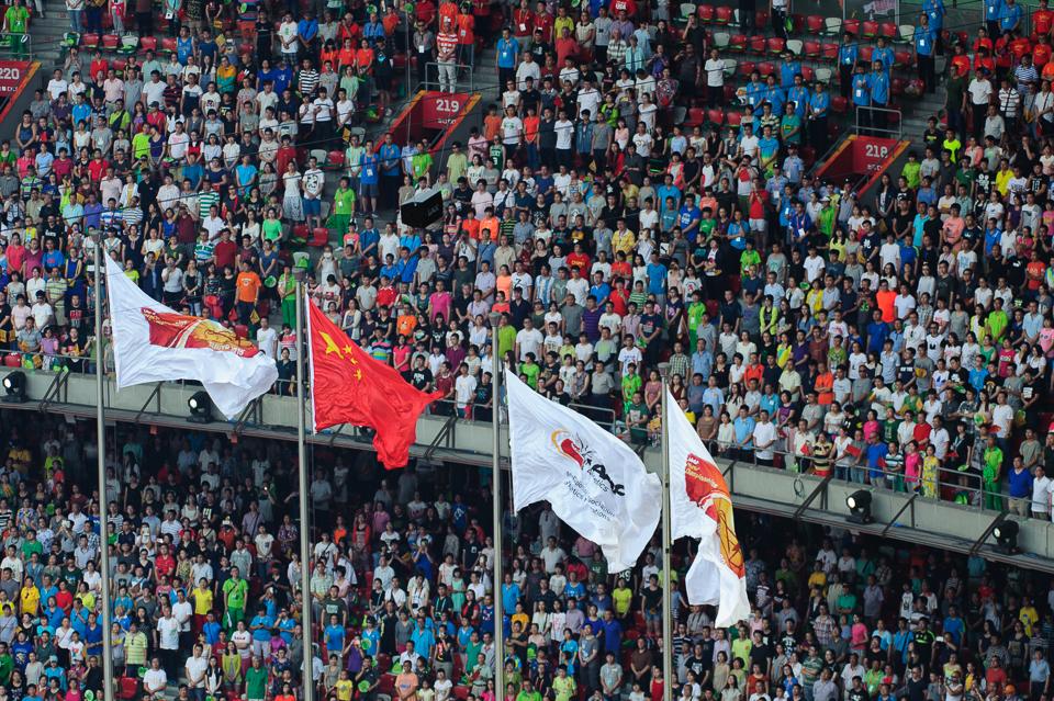 Čínska vlajka spolu s vlajkou svetovej atletickej federácie IAAF počas otváracieho ceremoniálu Chôdza mužov počas Majstrovstiev sveta v atletike 2015, Peking, Čína, Sobota 22. Augusta 2015
