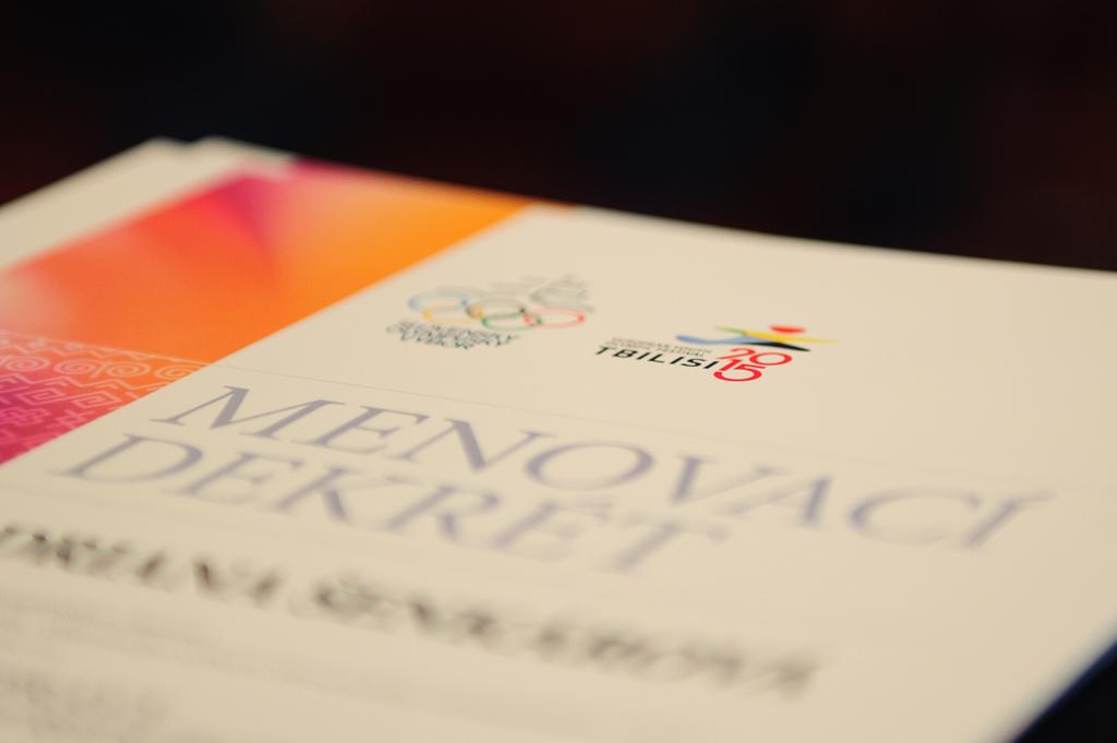 Každý člen slovenskej výpravy Európskeho olympíjskeho festivalu mládeže počas úvodného brífingu v Hoteli Junior obdržal menovací dekrét, Bratislava, Sobota 25. Júla 2015