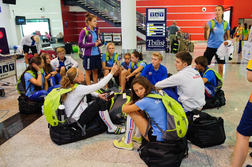 Čakanie na batožinu tesne po prílete Slovenskej výpravy Európskeho olympíjskeho festivalu mládeže do gruzínskeho Tbilisi b skorých ranných hodinách, Nedeľa, 26. Júla 2015, Tbilisi, Gruzínsko