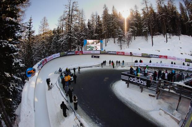 """Zákruta ľadového koryta Majstrovstiev sveta v boboch s názvom """"Horse Shoe"""", ktorá mení smer jazdy o 180 stuňov - divácky najatraktívnejšia časť trate, kde boby dosahujú rýchlosť medzi 110-125km/h, St.Moritz/Celerina, Švajčiarsko, Sobota 26.1.2013"""