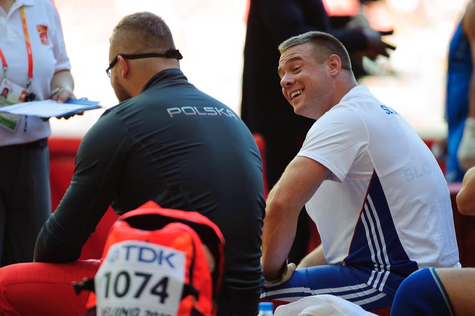 Marcel Lomnický sa smeje s poliakom Pawelom Fajdekom pred súťažou hodu kladivom, keď obaja postúpili do finálovej dvanástky počas Majstrovstiev sveta v atletike 2015, Peking, Čína, Sobota 22. Augusta 2015