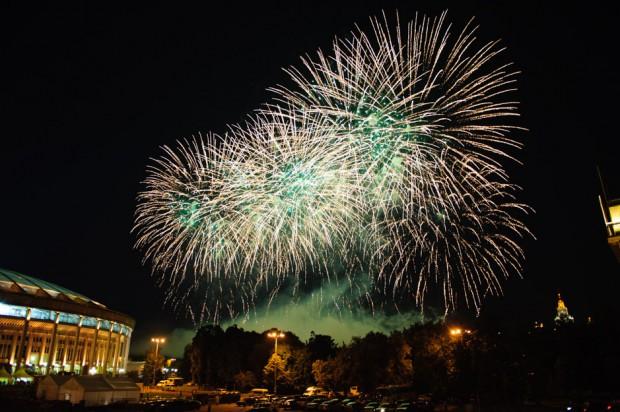 Ohňostroj počas otváracieho ceremoniálu vedľa štadióna Lužniky, deijiska Majstrovstiev Sveta v atletike. Moskva, Ruská federácia, Sobota 10.08.2013