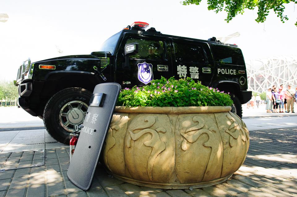 """Policajný Hummer na otvorenom priestranstve pred štadiónom """"Vtáčie hniezdo"""" poča Majstrovstiev sveta v atletike, Peking, Čína, Sobota 22.Augusta 2015"""