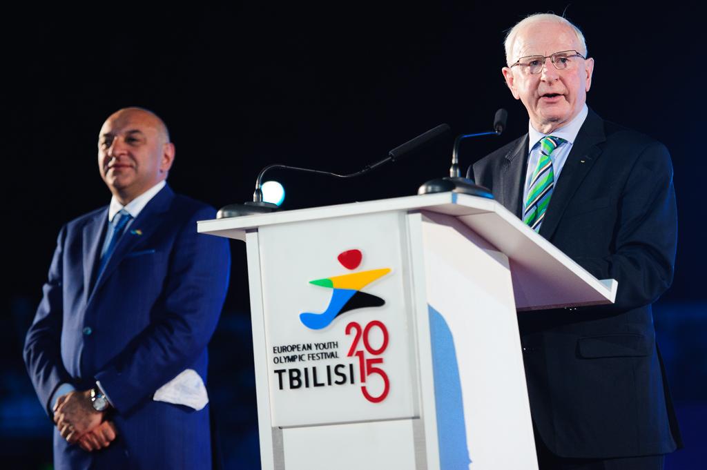 Prezident EOC, Patrick Hickey (vpravo) oficiálne otvoril Európsky olympijsky festivalu mládeže počas otváracieho ceremoniálu po boku predsedu organizačného výboru, Alexiho Akhvledianiho, Nedeľa 26. Júla 2015, Tbilisi