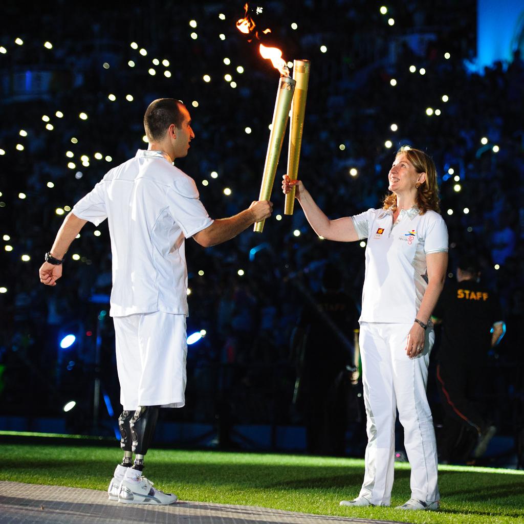 Slávnostné odovzdávanie olympiskej pochodne Európskeho olympijskeho festivalu mládeže počas otváracieho ceremoniálu, Nedeľa 26. Júla 2015, Tbilisi