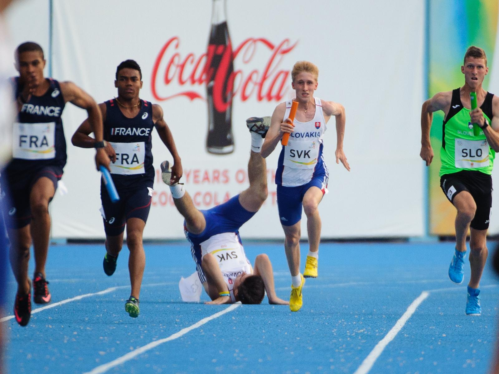 Adrian Baran po kolízii s Jakubom Bendom počas štafety 4x100m, Európsky olympijsky festival mládeže, Piatok, 31. Júla 2015, Tbilisi, Gruzínsko