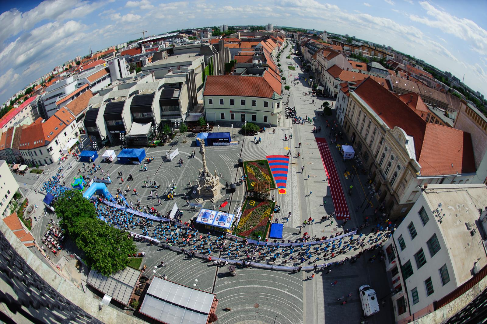 Pohľad na Trojičné námestie v Trnave, počas Tesco behu pre deti, 17.5.2015, Trnava, Slovensko