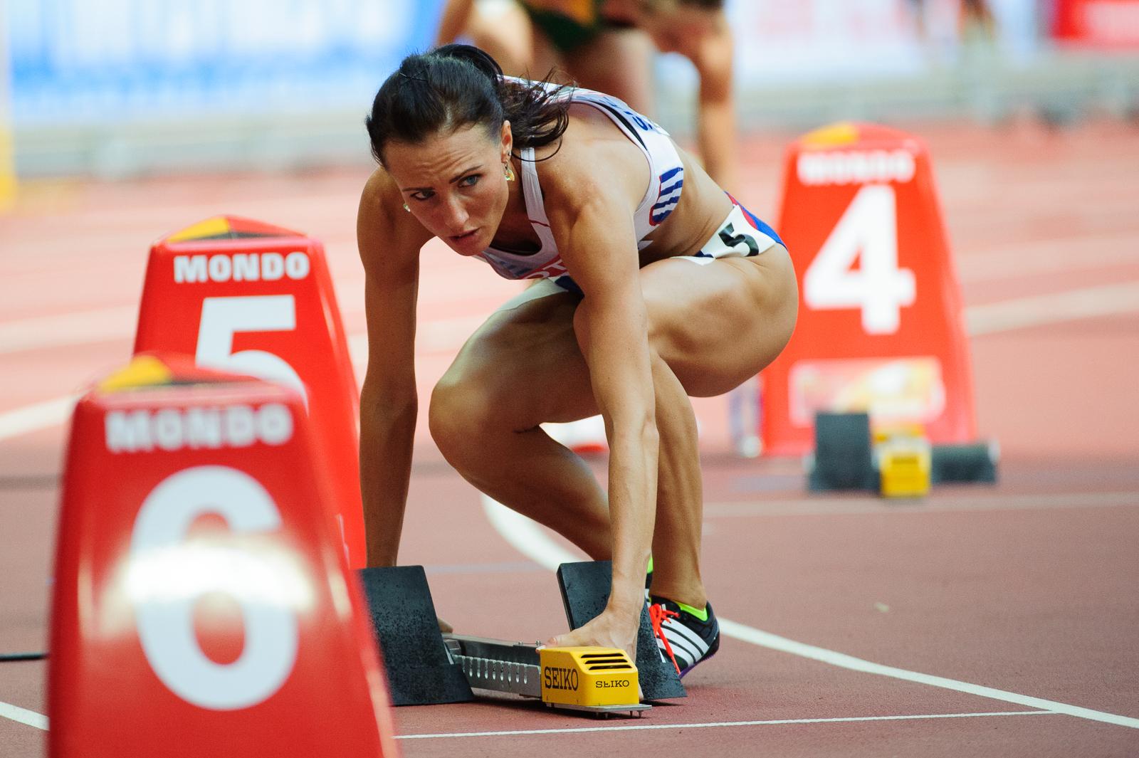 Iveta Putalová si pripravuje bloky pred štartom behu na 400m počas Halových majstrovstiev Európy 2015, 24.08.2015, Praha, Česká Republika