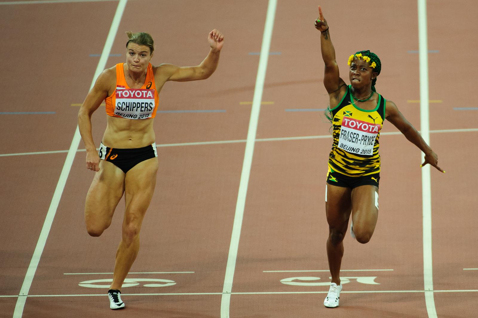 Majsterka sveta v behu na 100m, jamajčanka Shelly-Ann Fraser-Pryce-ová (vpravo) dobieha do cieľa po boku holanďanky Dafne Schippers-ovej, Majstrovstvá sveta v atletike 2015, 24.08.2015, Peking, Čína