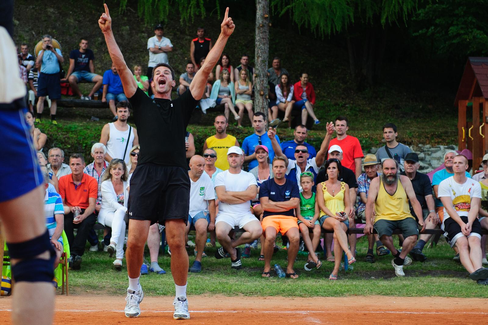 Gabriel Chochoľák sa raduje po zisku bodu vo volejbalovom zápase počas najstaršieho volejbalového turnaja na Slovensku, 18.07.2015, Moštenica, Bratislava