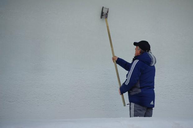 Úprava povrchu ľadového koryta trate Majstrovstiev sveta v boboch pred začiatkom tretieho kola jázd dvojbobov, St.Moritz/Celerina, Švajčiarsko, Sobota 26.1.2013