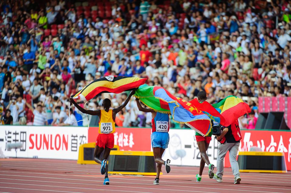 Víťazi maratónu počas čestného kola s vlajkami svojich krajín, Majstrovstvá sveta v atletike, Peking, Čína, Sobota 22.Augusta 2015