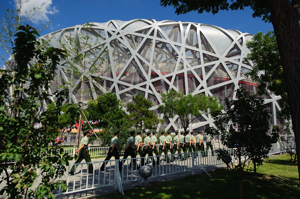 """Vojaci pochodujú k štadiónu """"Vtáčie hniezdo"""" pred Majstrovstvami sveta v atletike, Peking, Čína, Sobota 22.Augusta 2015"""