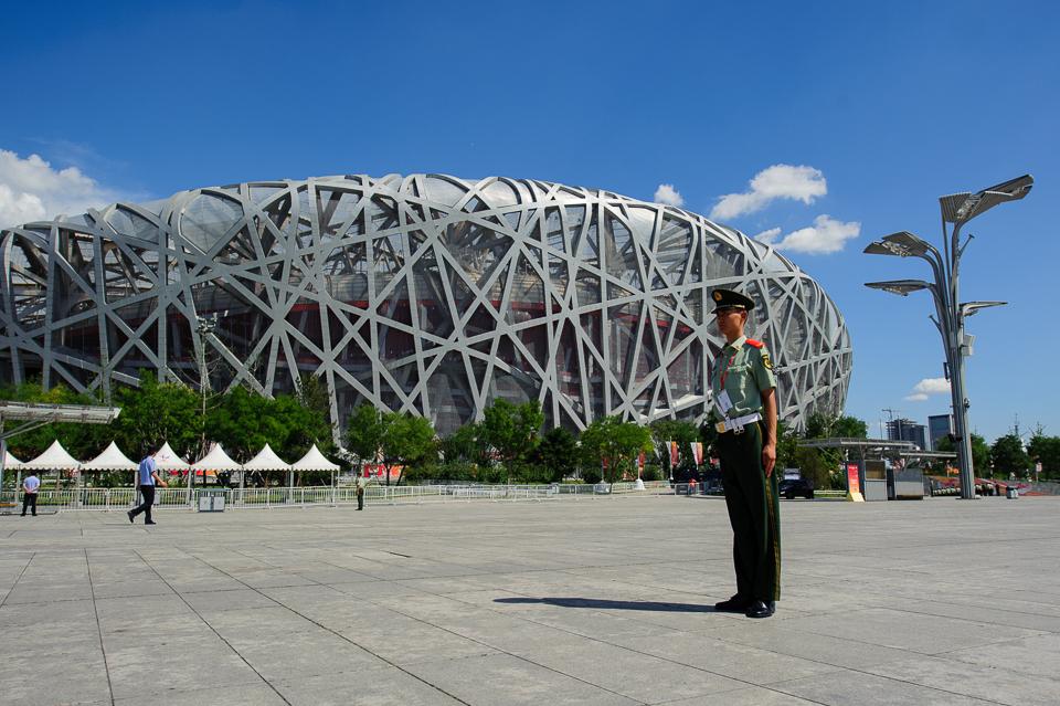 """Vojak na otvorenom priestranstve pred štadiónom """"Vtáčie hniezdo"""" poča Majstrovstiev sveta v atletike, Peking, Čína, Sobota 22.Augusta 2015"""