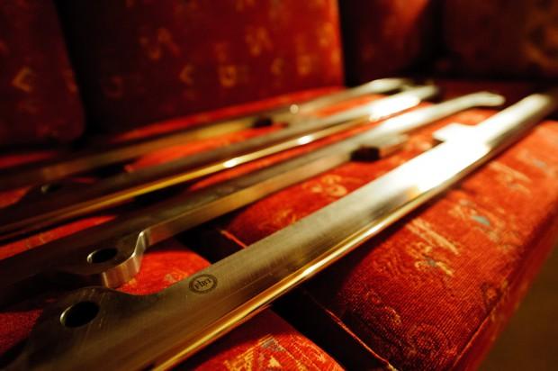 Vyleštené nože slovenského štvorbobu pripravené na tretie kolo Majstrovstiev sveta v boboch 2013. Rituál kompletnej úpravy nožov je nutné absolvovať po každom závode, medzi jednotlivými kolami majú pretekári povolené použiť iba pridelenú sadu brúsnych papierov, St.Moritz/Celerina, Švajčiarsko, Sobota 2.2.2013