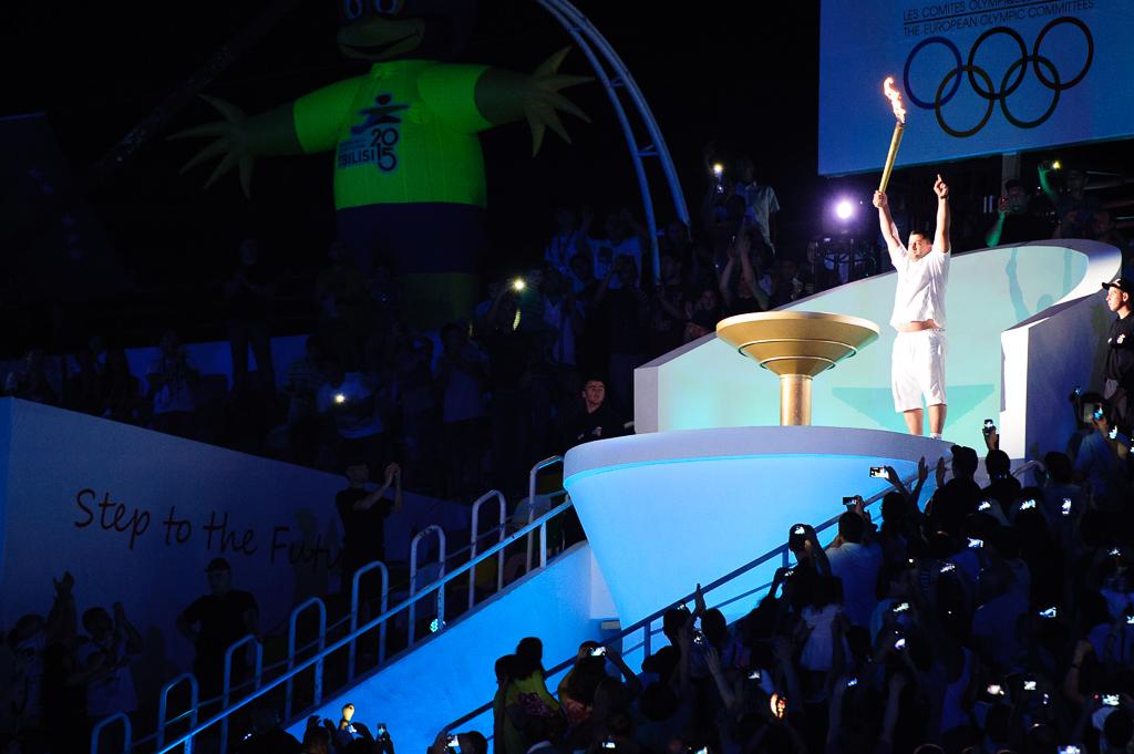 Zapálenie olympijskeho ohňa Európskeho olympijskeho festivalu mládeže počas otváracieho ceremoniálu sa organizátorom nevydarilo podľa plánov, oheň sa nepodarilo zapáliť pochodňou, no v nepozorovanej chvíli sa o to postaral ohňostroj, Nedeľa 26. Júla 2015, Tbilisi