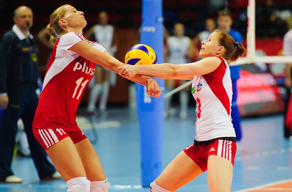 Anna Werblinska (POL, vľavo) a Karolina Kosek (POL, vpravo) na prijíme lopty v zápase s Ruskom Olympíjska kvalifikácia žien vo volejbale na XXX. Hry Olympiády v Londýne, Ankara - Turecko, Streda 2.5.2012