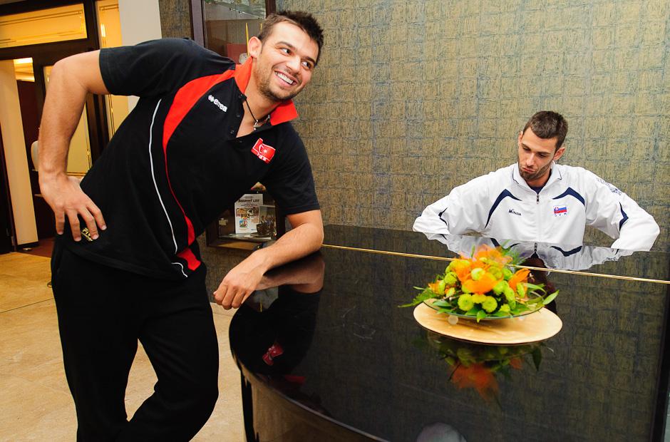 Lukáš Diviš za klavírom na spoločnej fotografii s Arslanom Eksim (TUR) počas voľného dňa slovenského volejbalového tímu na Olympíjskej predkvalifikácii v Poprade, Štvrtok 24.11.2011