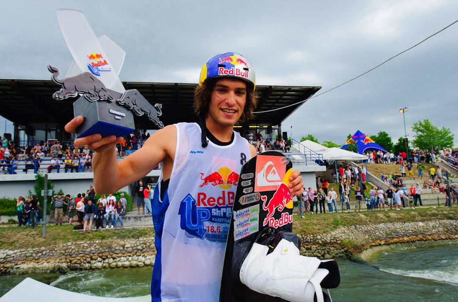 Dominik Hernler s trofejou víťaza Redbull Upstream 2011, Bratislava - Čunovo, 18.6.2011