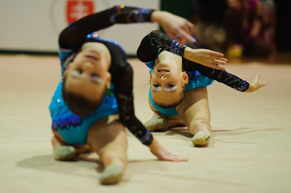 Dvojica z klubu Danubia Bratislava, ktorá obsadila prvé miest v kategórii mini počas Majstrovstiev Slovenska dvojíc, trojíc v modernej gymnastike, Športová hala Elán, Bratislava, Sobota 3.12.2011