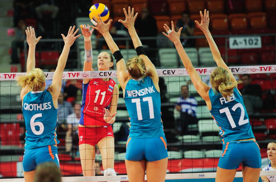 Ekaterina Gamova (RUS) na smeči proti trojbloku hráčok Holandska, Olympíjska kvalifikácia žien vo volejbale na XXX. Hry Olympiády v Londýne, Ankara - Turecko, Piatok 4.5.2012