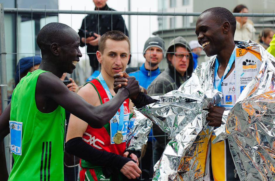 Trojica najlepších bežcov maratónu Elisha Kiprotich Sawe (vľavo), Samoei Micah Kiplagat (vpravo) a Oleg Gur (v strede), ČSOB Bratislava Marathon 2012, Bratislava, Nedeľa 1.4.2012