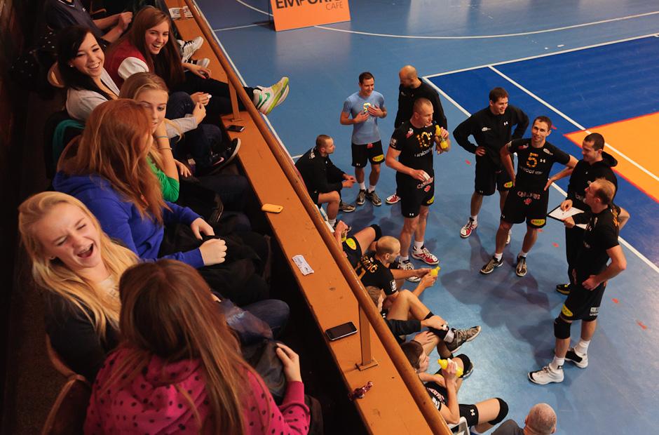 Fanúšičky sa zabávajú počas počas oddychového času v zápase Volley Team UNICEF Bratislava proti VK MIRAD PU Prešov, hala PKO, Bratislava, 12.11.2011
