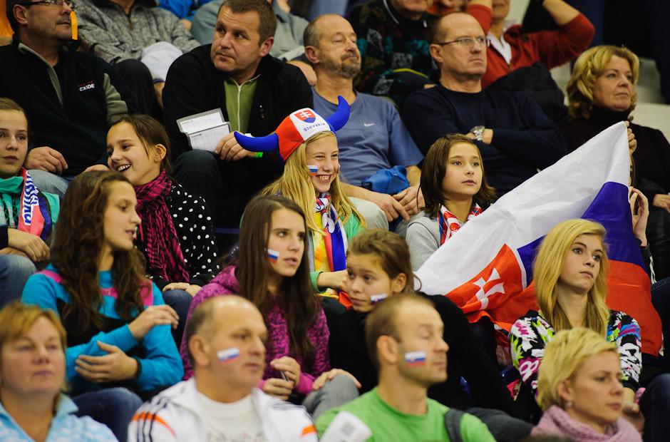 Povzbudzovanie fanúšikov vo vypredanej Poprad Aréne počas zápasu Slovensko - Španielsko, Poprad, Streda 23.11.2011