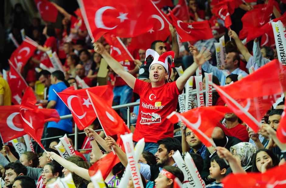 Fanúšikovia v hale sa starali najmä počas zápasov domácich Turkýň vynikajúcu atmosféru, Olympíjska kvalifikácia žien vo volejbale na XXX. Hry Olympiády v Londýne, Ankara - Turecko, Štvrtok 3.5.2012