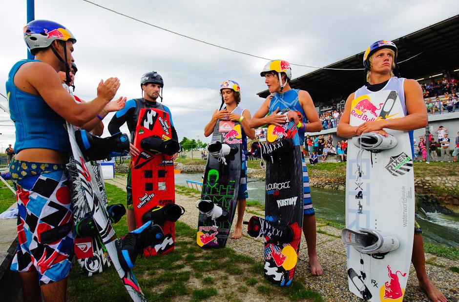 Finálová šestka najlepších wakeboardistov čaká na vyhlásenie výsledkov Redbull Upstream 2011, Bratislava - Čunovo, 18.6.2011