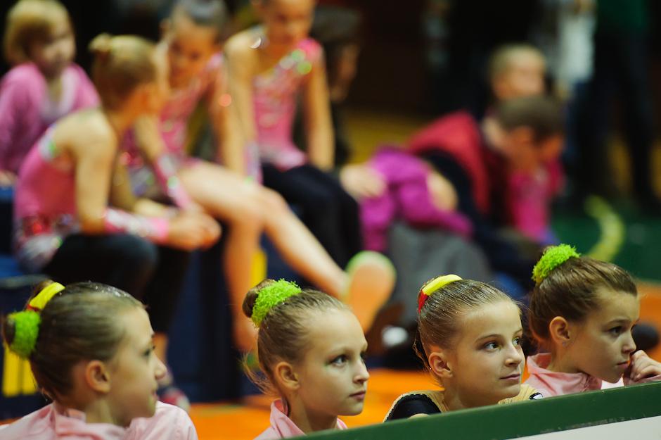Mladé gymnastky sledujúce vystúpenie počas Majstrovstiev Slovenska dvojíc, trojíc v modernej gymnastike, Športová hala Elán, Bratislava, Sobota 3.12.2011