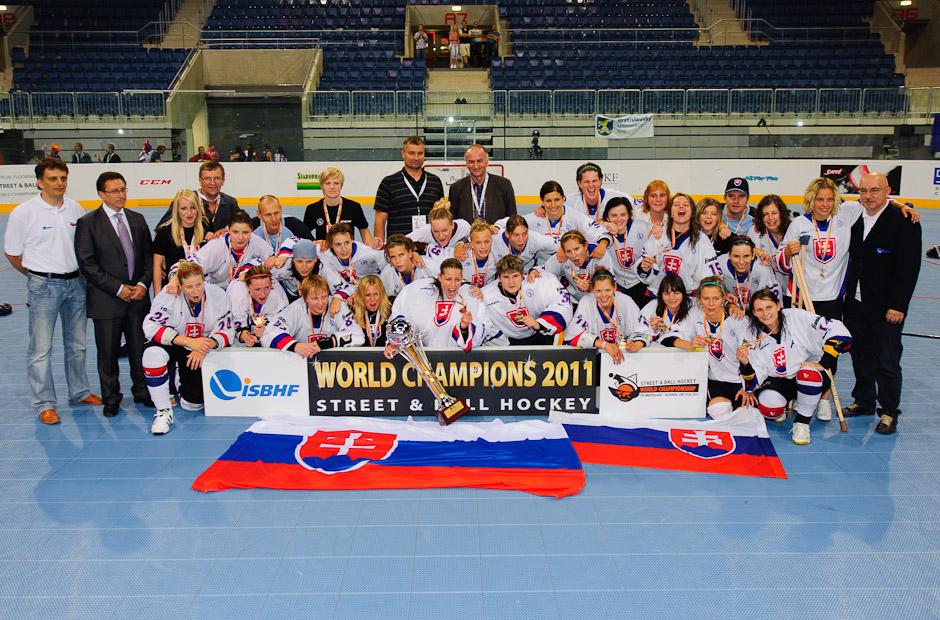 Tím Slovenských hokejbalistiek oslavuje víťazstvo (1:0) vo finálového zápase s hokejbalistkami Kanady, štadión Ondreja Nepelu, Bratislava, 23.6.2011