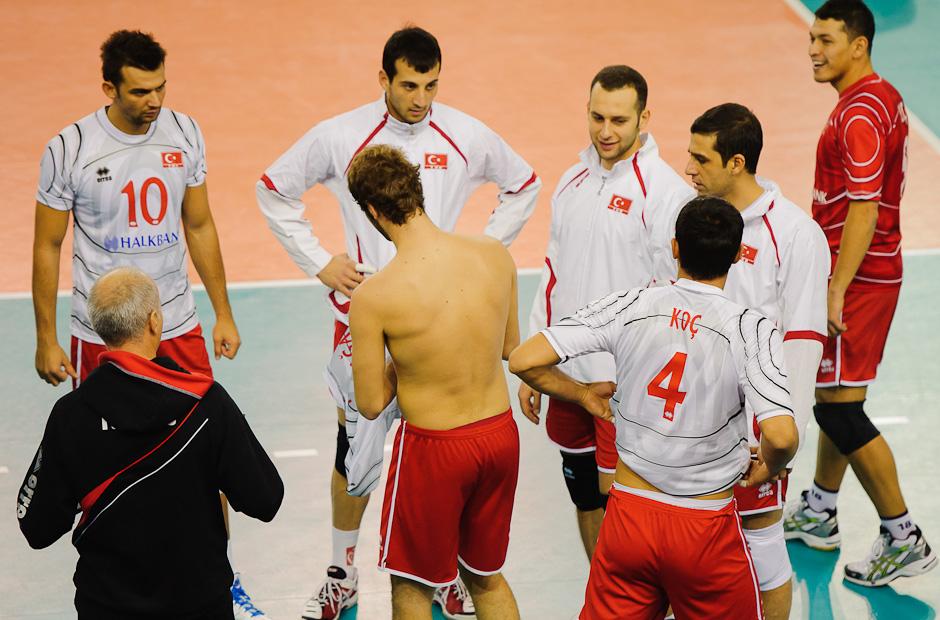 Hráči Turecka si prezliekajú dresy. Kvôli nesprávnym číslam dresov bolo v päťsetovom zápase s Čiernou horou skóre upravované až dva krát, Poprad aréna, Poprad, Utorok 22.11.2011
