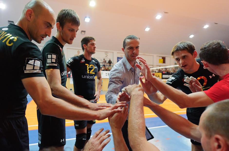 Spoločnými silami sa hráčom Volley Team Unicef Bratislava podarilo zdolať Trenčín pod vedením Branka Pistoviča (v strede) v Bratislavsko PKO, 9.10.2011