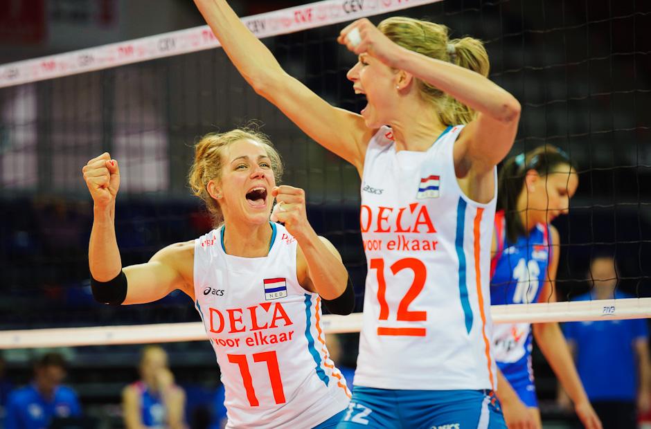 Kapitánka Caroline Wensink (NED) a Manon Flier (NED) sa tešia po úspešnom smeči v zápase so Srbskom, Olympíjska kvalifikácia žien vo volejbale na XXX. Hry Olympiády v Londýne, Ankara - Turecko, Streda 2.5.2012