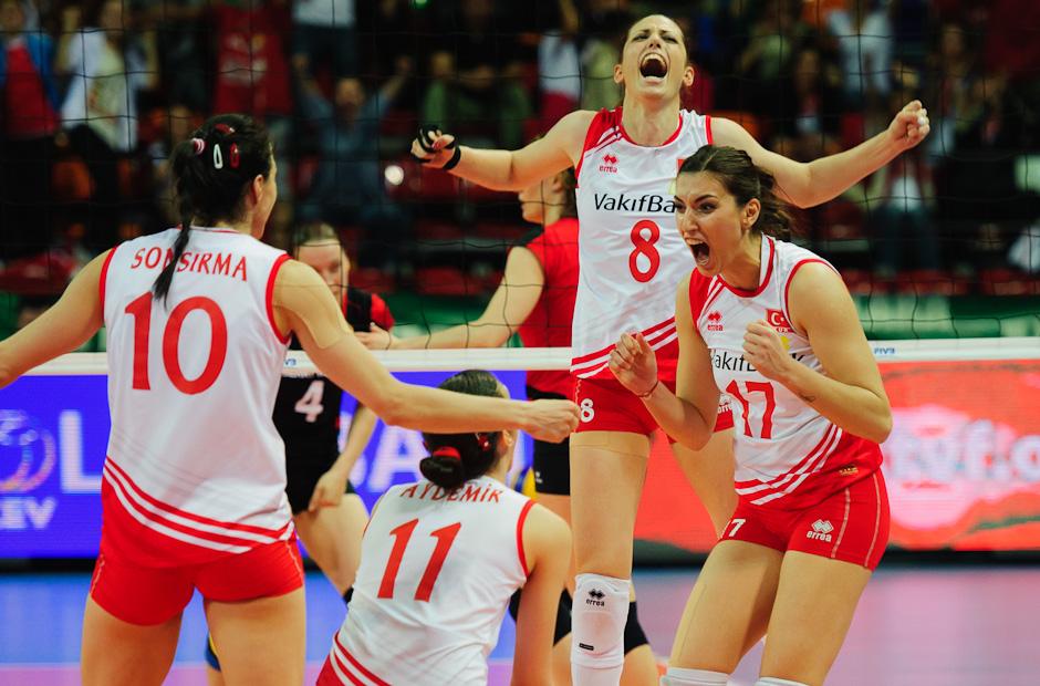 Hráčky volejbalového tímu Turecka sa radujú po výhre nad Nemeckom, Olympíjska kvalifikácia žien vo volejbale na XXX. Hry Olympiády v Londýne, Ankara - Turecko, Štvrtok 3.5.2012