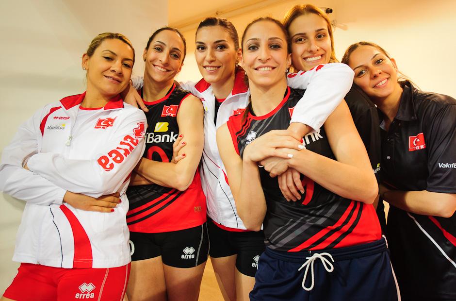 Domáci volejbalový tím Turecka pózuje pred zápasom s Chorvátskom, Olympíjska kvalifikácia žien vo volejbale na XXX. Hry Olympiády v Londýne, Ankara - Turecko, Streda 2.5.2012