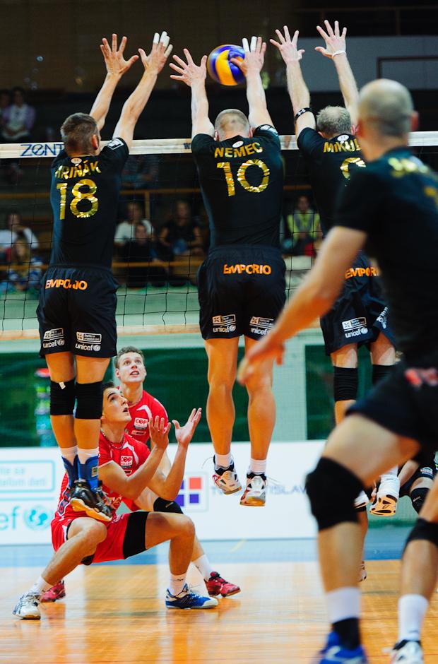 Trojblok v podaní Volley Team Unicef Bratislava - Hriňák, Nemec, Mikuška počas zápasu s Trenčínom v Bratislavskom PKO, 9.10.2011