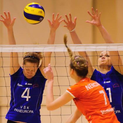 Iveta Mociková (vľavo), Lucia Bognárová (vpravo) na blokoch v zápase VŠK Paneurópa - VK Spišská Nová Ves. Paneurópa vyhrala 3:0. Bratislava, Nedeľa 4.12.2011