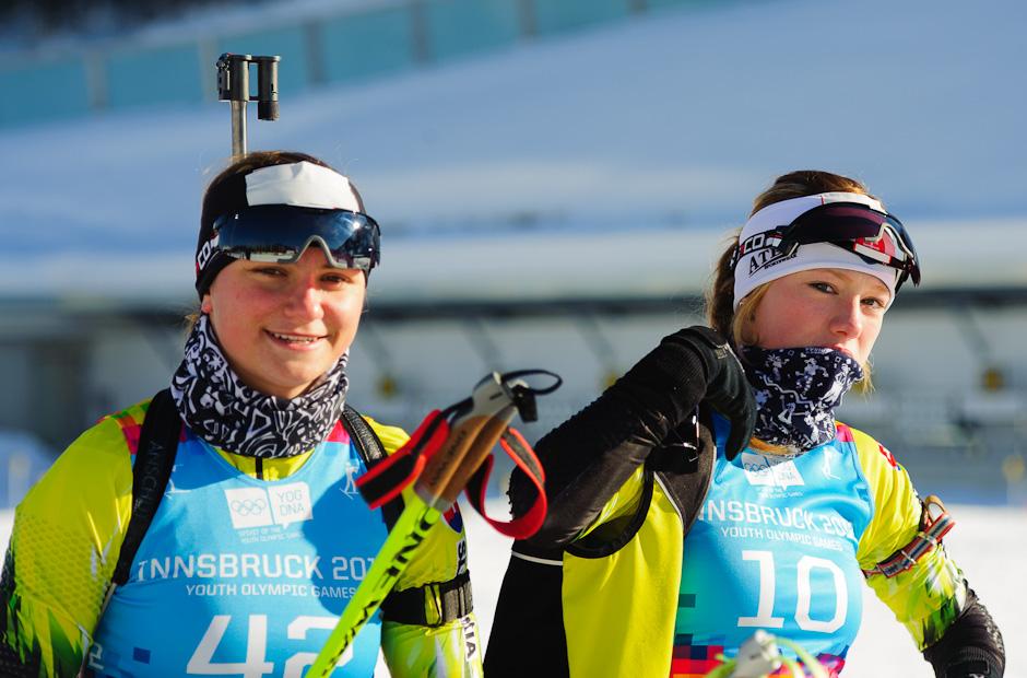 Nikola Lapinová (vľavo) a Ivona Fialková (vpravo) pred štartom stíhacích pretekov počas Zimných Olympíjskych hier mládeže, Seefeld Arena, Innsbruck - Rakúsko, Pondelok 16.1.2012
