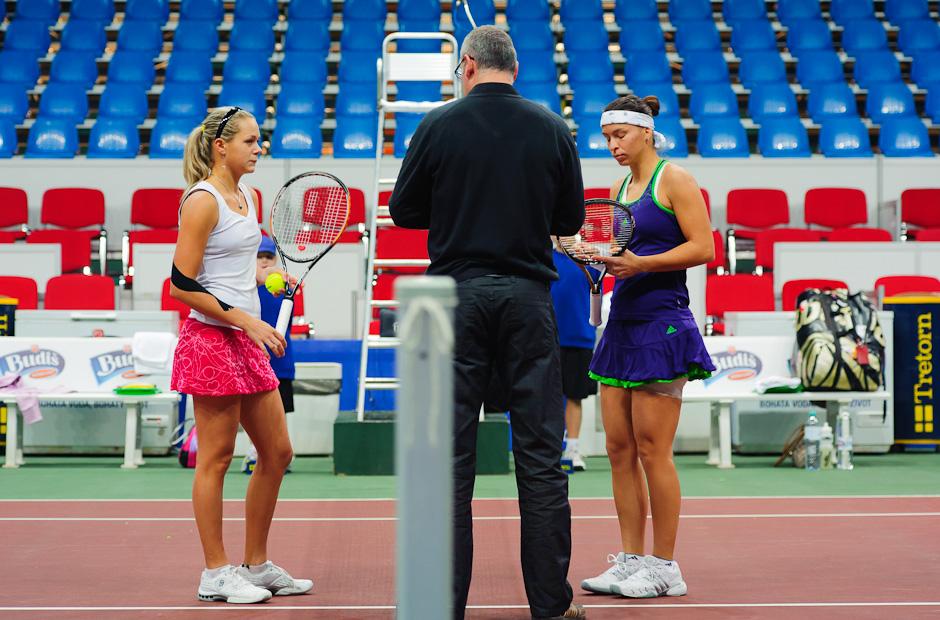 Začiatok prvého kola ITF Slovak Open 2011 v podaní Jana Čepelova (SVK, vľavo) - Nicole Rottmann (AUT, vpravo). Jana vyhrala zápas 6:3, 6:0, NTC Sibamac Aréna, Bratislava, Streda 16.11.2011