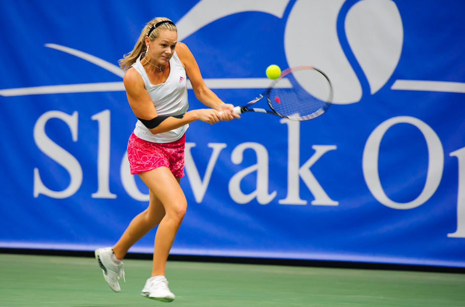 Forhand v podaní Jany Čepelovej v zápase s Nicole Rottmann (AUT) ktorý vyhrala 6:3, 6:0, v rámci ITF Slovak Open 2011, NTC Sibamac Aréna, Bratislava, Streda 16.11.2011