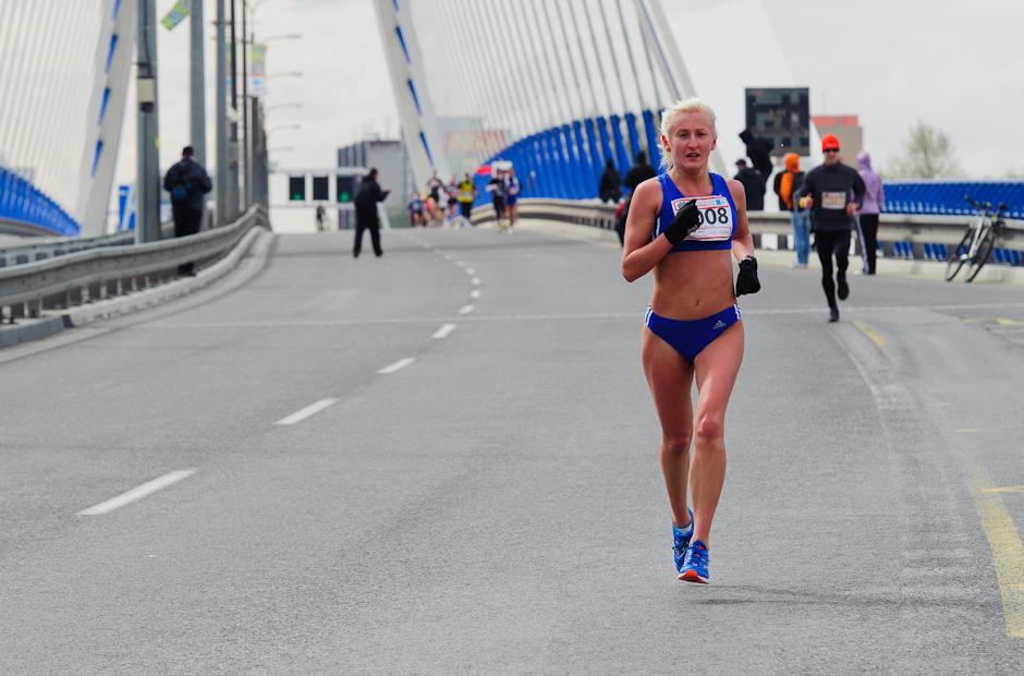 Jana Zatlukalová (SVK) dobehla do cieľa v polmaratóne žien na treťom mieste, ČSOB Bratislava Marathon 2012, Bratislava, Nedeľa 1.4.2012